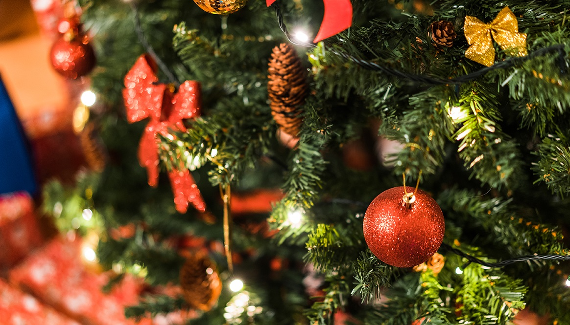 christmas-tree-with-decorations-picjumbo-com